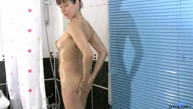 Amateur Fallon shoves her mature pussy with dildo