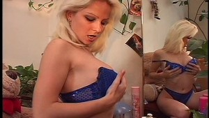 Cute blonde gets her jollies 1/7