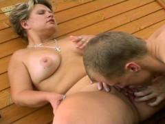 blonde aime leche bite: blonde likes licking a dick