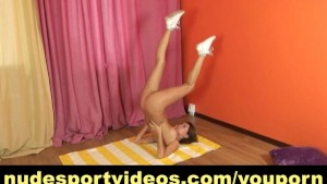 Flexy amateur does home nude exercises