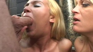 Two blondes give double blowjo