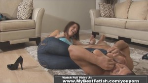 Babe get toes licked on handjob session