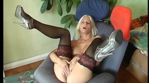 Sexy blonde makes herself cum (CLIP)