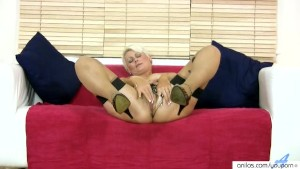 Masturbating Milf In Stockings Gets Off
