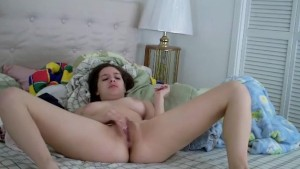 Amateur girl rubbing her pussy