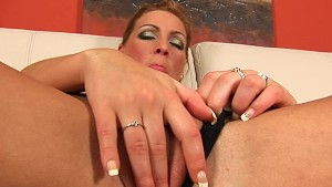 Lea fucks her pussy with a dil