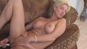 Mature Honey Hole Stretches Sweet Pussy