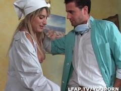 Infirmiere blonde a la chatte rasee offre son cul au docteur