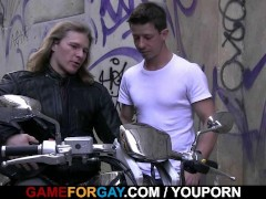 Cock hungry dude seduces strong biker