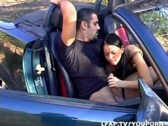 Kristina Bella suce son mec dans la voiture avant de faire prendre sur le capot