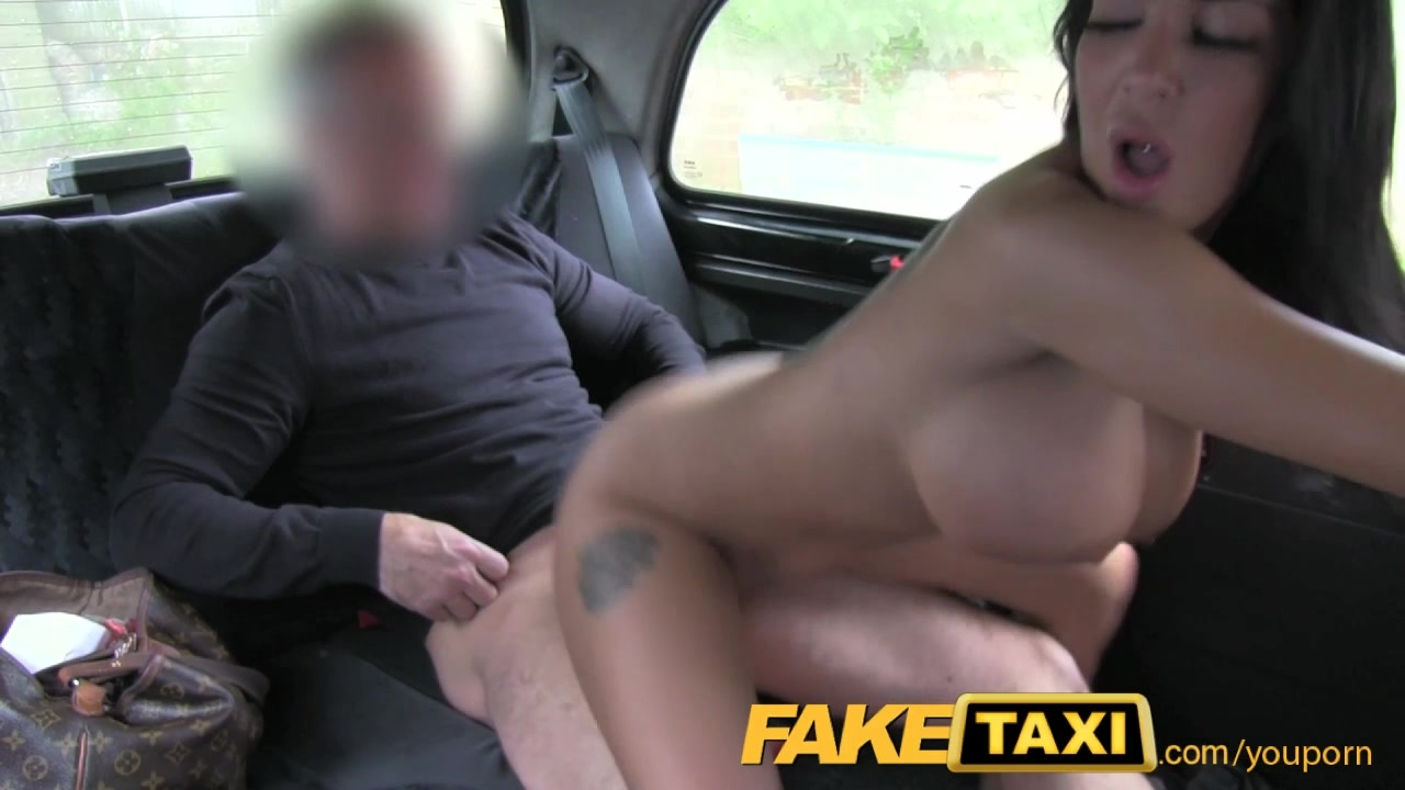 devushka-trahat-taksi