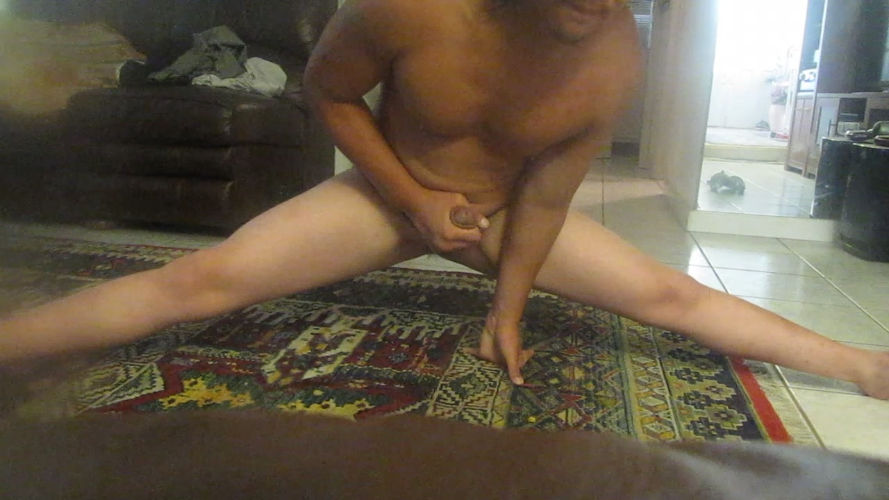 GORGEOUS HUNK DOING THESPLITS WORKING HIS DADDYLONGCOCK