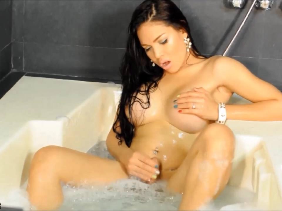 TS FILIPINA SHOWER MASTURBATION
