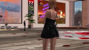 Une femme ravissante en mini robe
