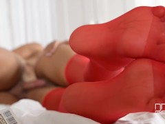 Picture American pornstar Layla Sin gives footjob in...