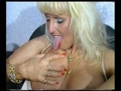 Picture Vintage milf gets busy - Julia Reaves