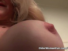 Picture American milf Eva Griffin fingers her nylone...