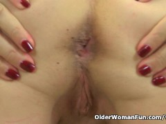 Picture English granny Savana is fingering her old p...