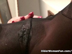 Picture American milf April White teases her nyloned...