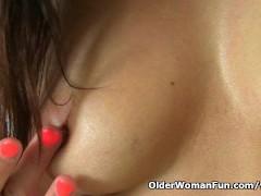 Picture English milf Lelani loves stuffing her matur...