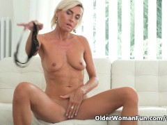 Picture Short-haired milf Sunny pleasures her mature...