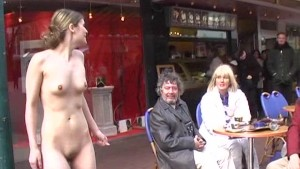 Hot babe shows her slim ass in streets