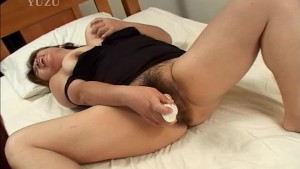Mature hairy asian plays with a vibrator - Pompie