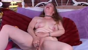 Mature amateur fucks her wet p