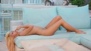 Incredibly HOT bikini clad blo