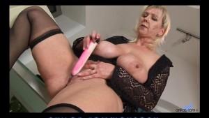Bigtit mature stuffs her pussy