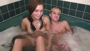Cute amateur girls in the tub - DreamGirls