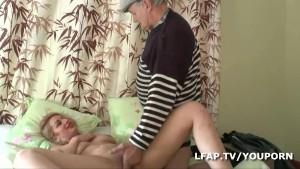 Salope francaise reveillee et baisee par Papy le pervers