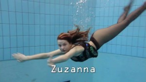 Zuzanna is swimming in pantyhose in the pool