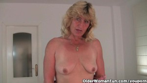 Granny gets her wet pussy fing