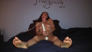 Amateur girl masturbates in bed to 2 toe-curling orgasms!