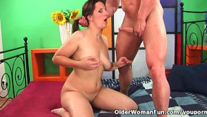 Mature soccer mom squirts her