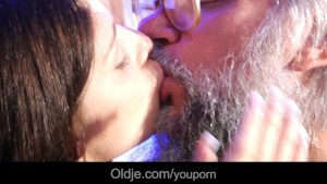 Perv old geezer bath-sex with kinky brunette teen