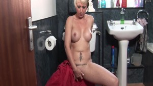 Gorgeous UK MILF Tracy Venus fingers her pussy in the shower