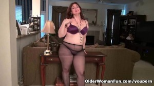 American mom Jewels gives her pantyhosed pussy a treat