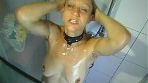 Blonde babe peeing and washing - Julia Reaves