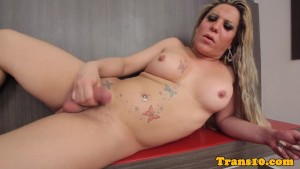 Solo tranny tugging on her thr