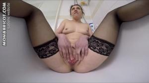 Je pisse dans la baignoire devant ma gopro sexe