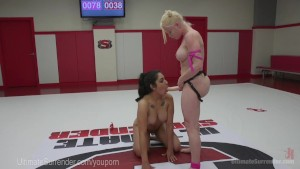 Sexy Lesbians Fight On The Mat