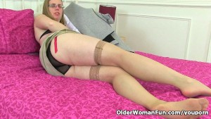 British milf Sammie loves dildoing her butthole