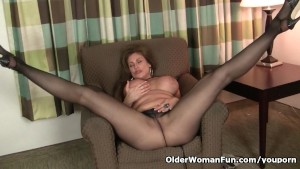 American milf Sheila gets turned on by pantyhose