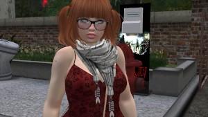 Une petite femme au cheveux chatains en mini robe et bas collant noire