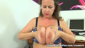uk milf eva jayne loves dildoing her hungry muffin