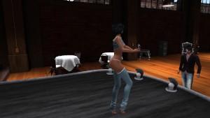 Une jolie brunette entrain de faire un strip tease
