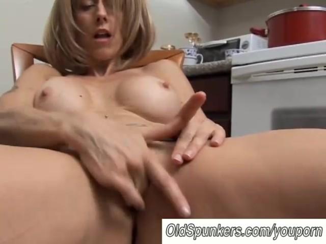 wet pussy milf seuraa