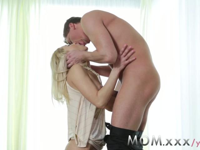 Śliczna milfa pokazuje umiejętności w seksie